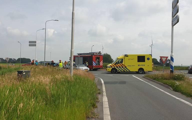 Ongeval op afrit N33 bij Veenda, brandweer moet portier verwijderen.