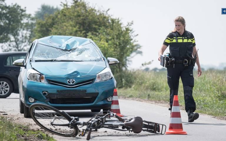 Fietser zwaargewond na aanrijding in Saaxumhuizen.