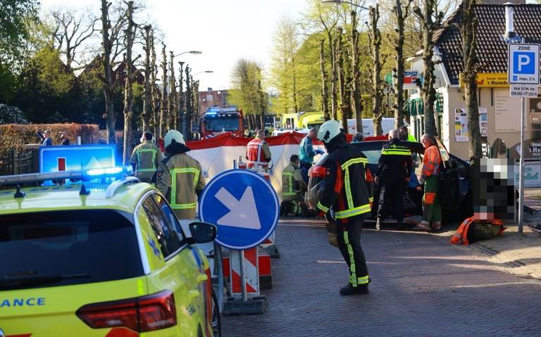 Ongeluk op Hoofdstraat Borger: auto botst op boom, traumahelikopter ter plaatse.