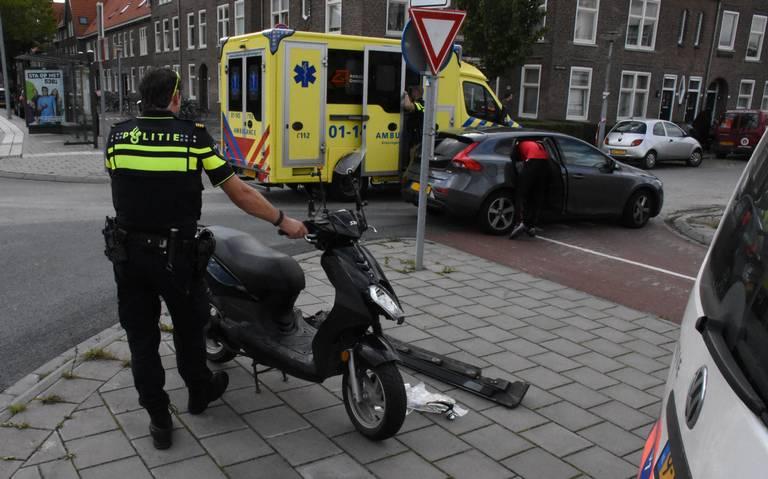 Scooterrijder gewond bij botsing met auto op Bedumerweg in Groningen.