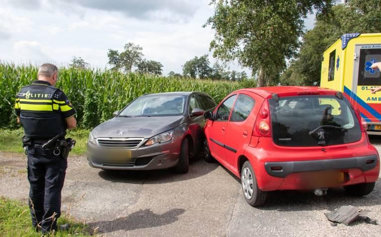 Autos in botsing na mislukte inhaalactie bij Tolbert.