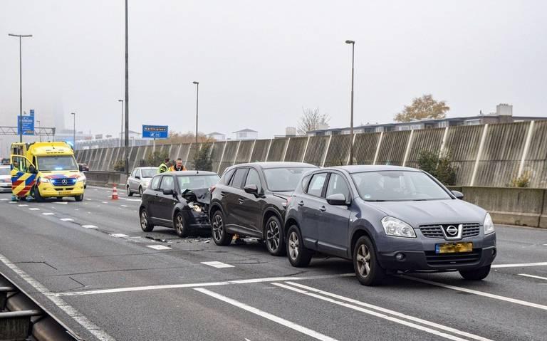 File na botsing met meedere autos op N7 voor het Julianaplein in Groningen.