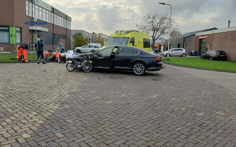 Bromfietser raakt gewond bij botsing met auto in Assen.