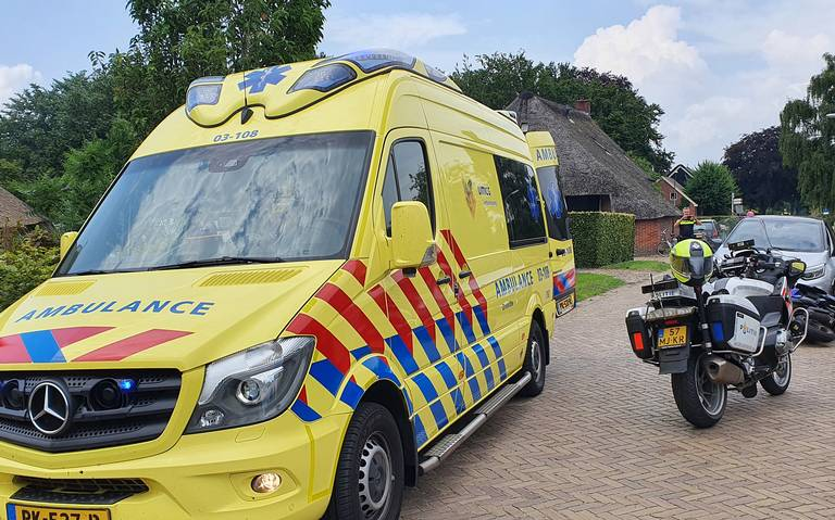 Persoon gewond bij botsing tussen scooter en auto in Donderen.