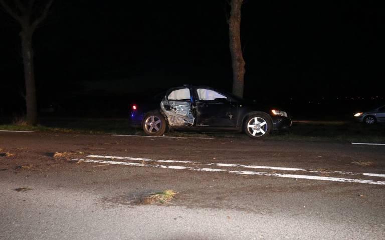 Auto total loss na botsing met boom op de N367 in Oude Pekela.