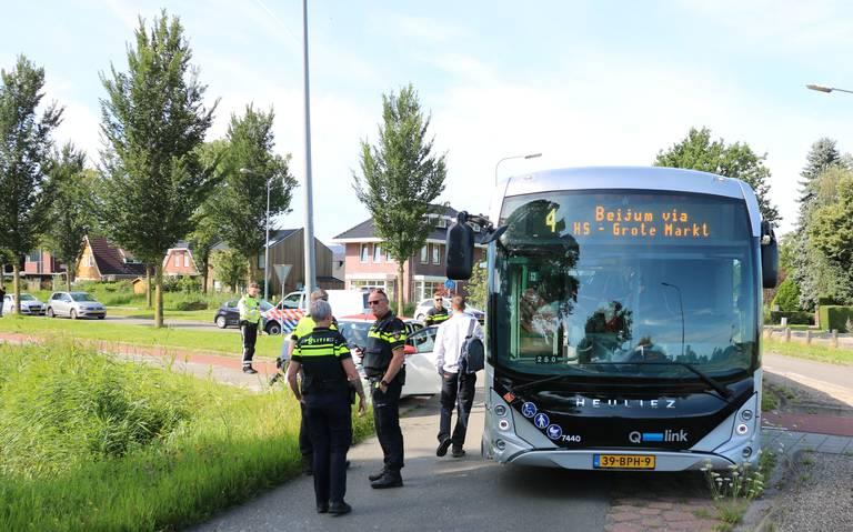 Buspassagiers komen met schrik vrij bij aanrijding lijnbus met auto in Groningen. Automobilist lichtgewond.