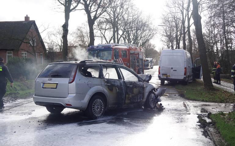 Auto vliegt in brand na botsing op N979 bij Zevenhuizen.