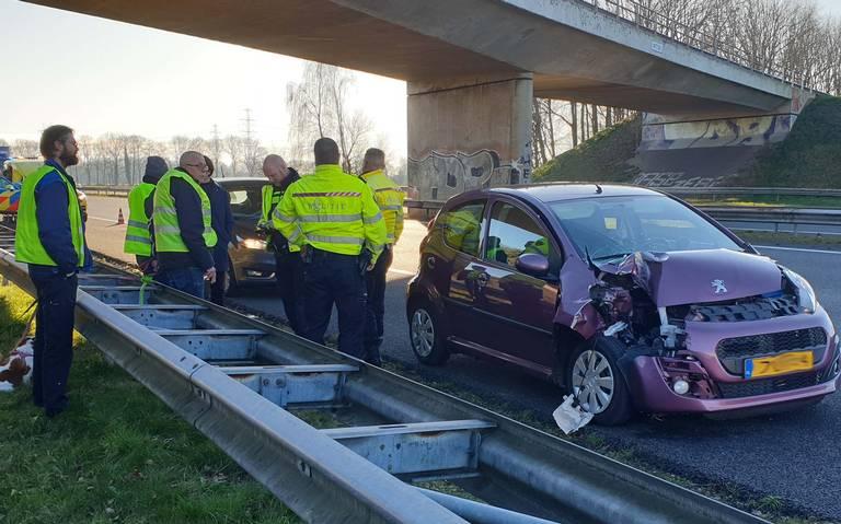Automobilist naar ziekenhuis na botsing met vrachtwagen op A28 bij Assen.