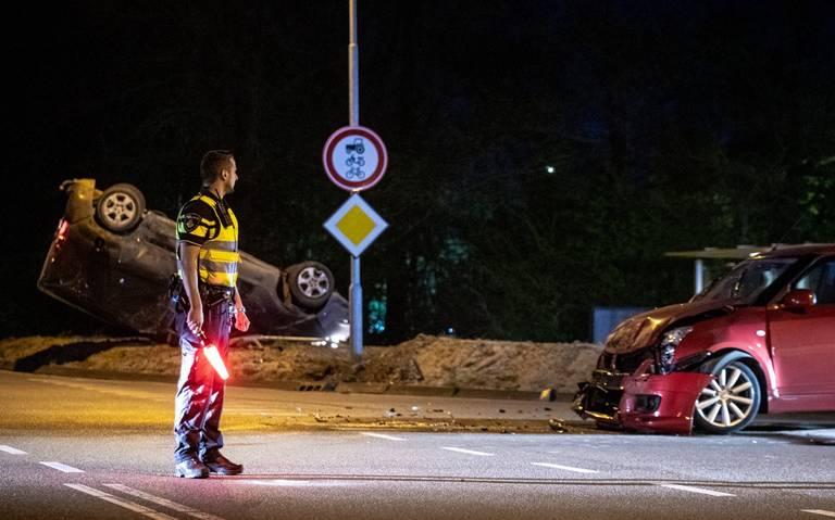 Bestelwagen slaat over de kop na aanrijding met auto bij Leens.
