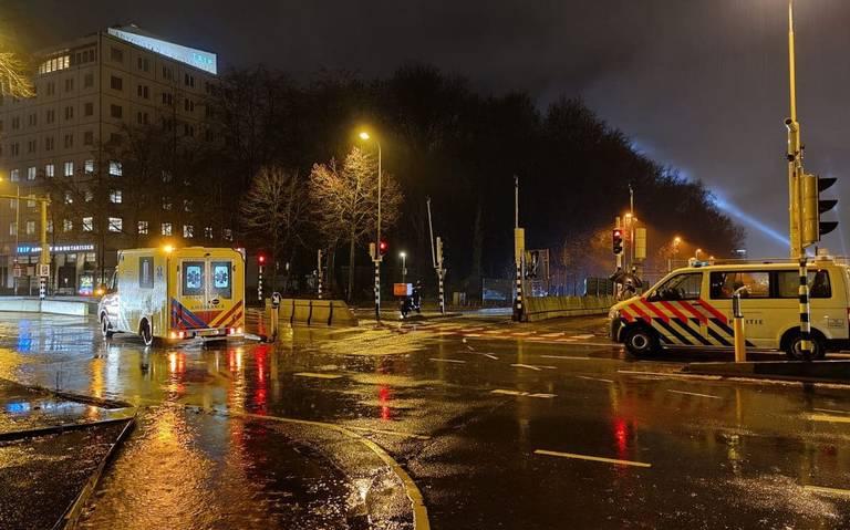 Bezorger raakt gewond bij botsing tussen bezorgscooter en auto in Groningen.