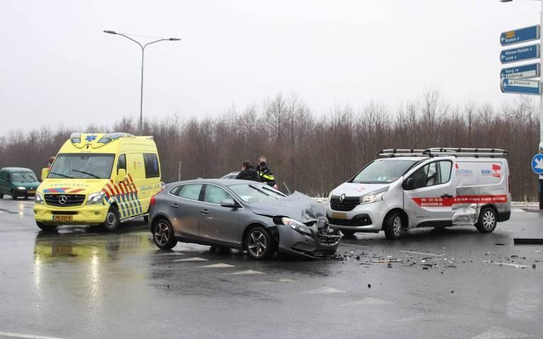 Ongeval met auto en busje op kruising in Roden.