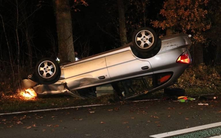 Auto slaat over de kop in Slochteren. Aanrijdende politieauto vliegt uit de bocht voor de plaats van het ongeval.