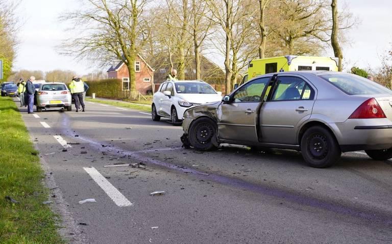 Twee gewonden bij aanrijding in Langelo. Dierenambulance opgeroepen voor hond in een van de autos.