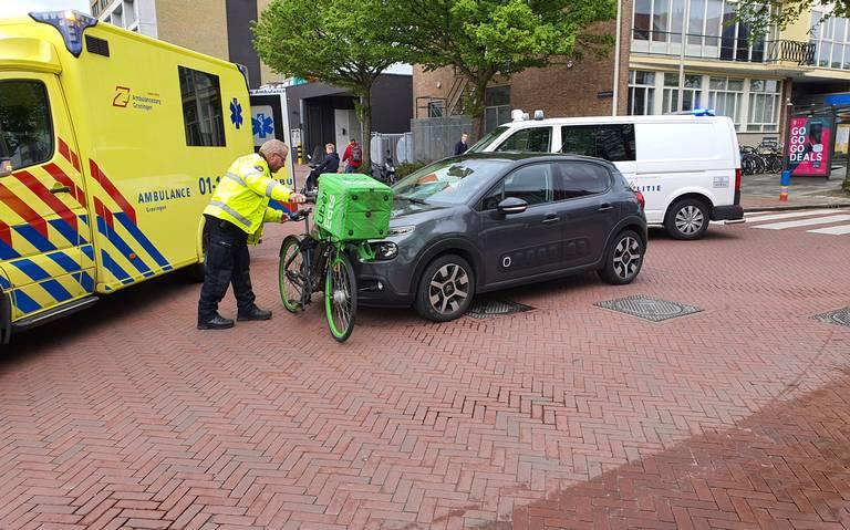 Maaltijdbezorger gewond door aanrijding met auto in Groningen.