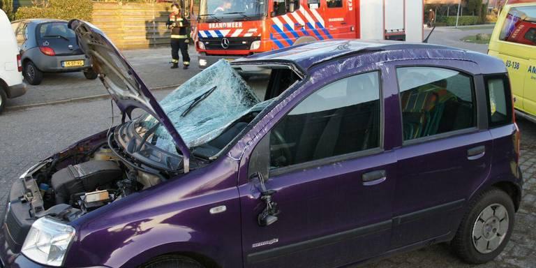 Auto op de zijkant bij ongeluk in Schoonebeek.
