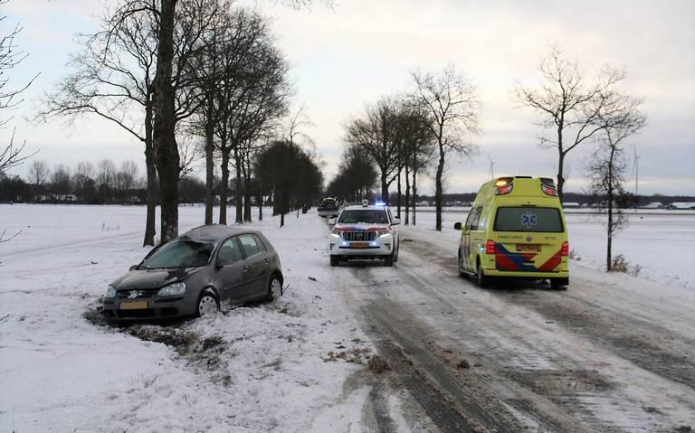 Automobilist gewond bij botsing tegen boom bij Exloo.