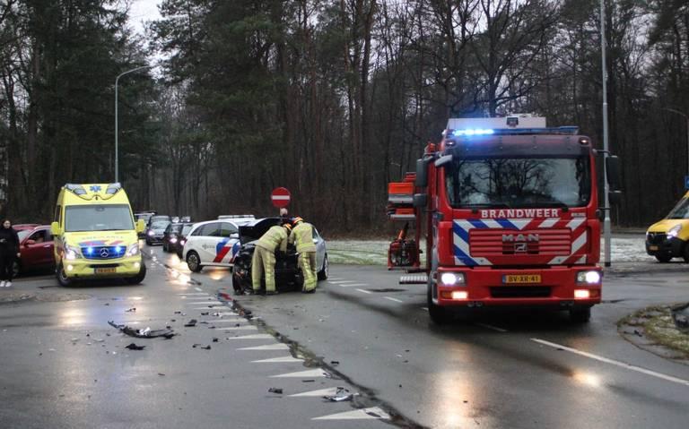Auto-ongeluk op kruising in Emmen.