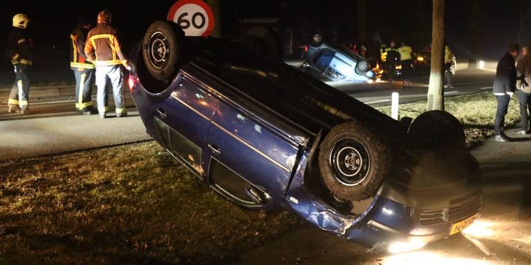 Twee autos op de kop na botsing Kropswolde.