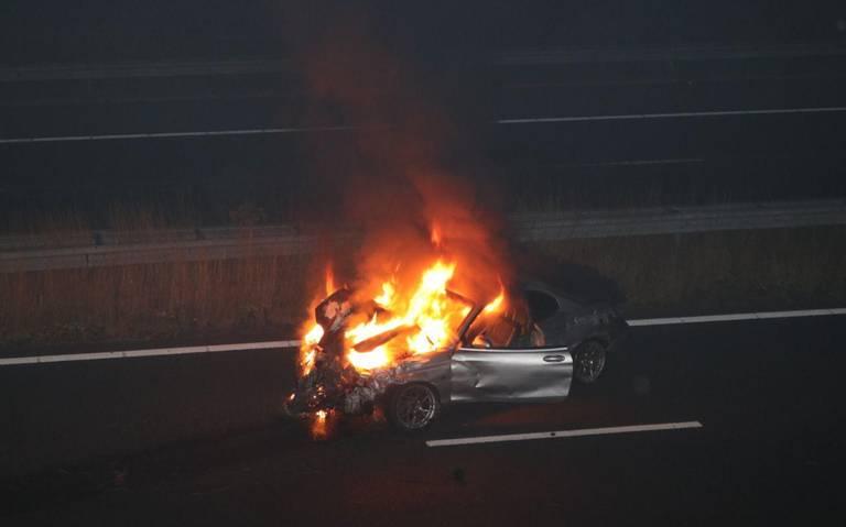 Personenauto van de weg bij Scheemda en vliegt na de botsing in brand.