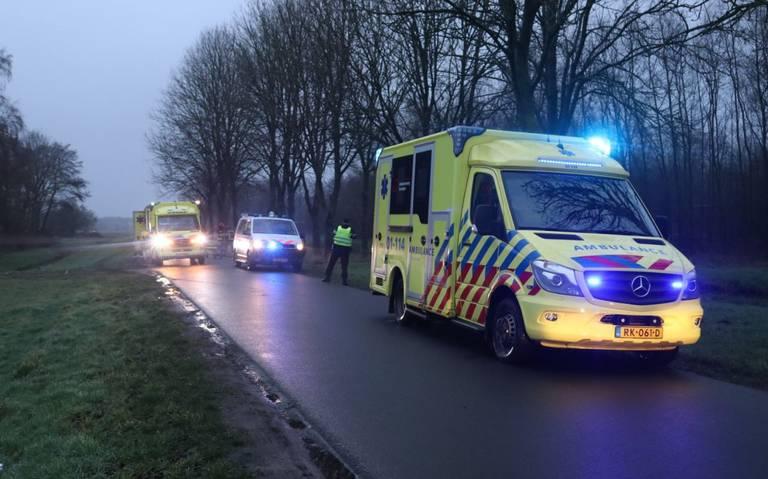 Bestuurder zwaargewond na botsing tegen een boom in Westerlee.