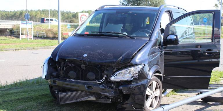 Fikse schade aan auto's na botsing in Groningen.