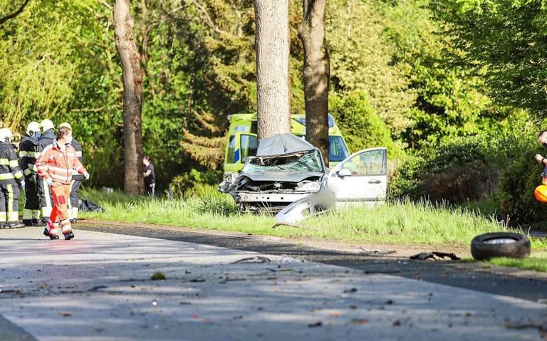 Drie zwaargewonden bij eenzijdig ongeluk bij Siegerswoude . Auto ramt boom en breekt in tweeën.