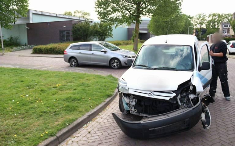 Veel blikschade en één gewonde bij botsing op kruising in Hoogeveen.