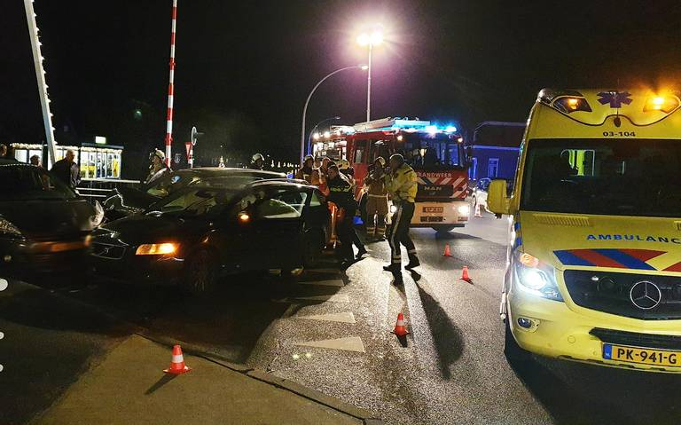 Twee personen gewond bij botsing met drie autos in Smilde.