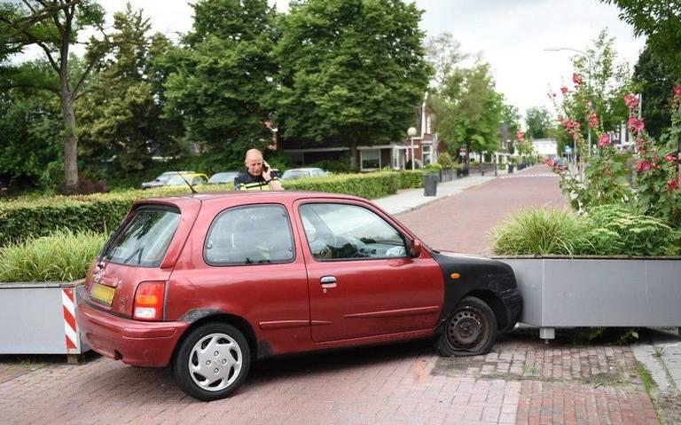 Automobilist naar ziekenhuis na botsing tegen wegversmalling in Winschoten.