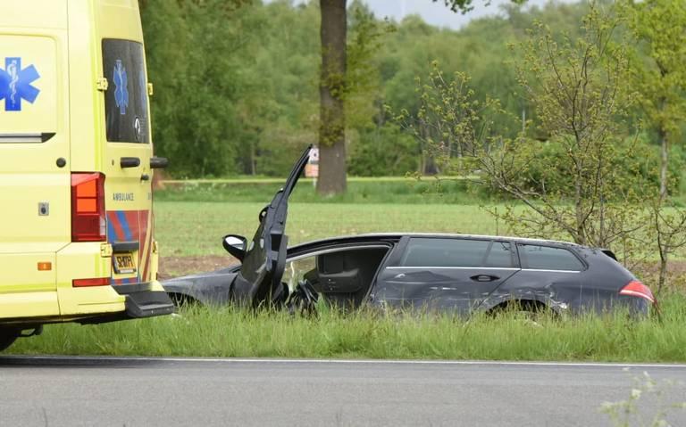 Auto belandt in sloot na aanrijding met vrachtwagen in Emmen.